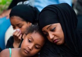 5000 человек пришли на похороны жестоко убитой 17-летней мусульманки (ФОТО)